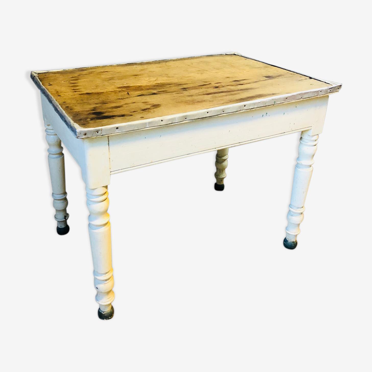 Table avec bordure en zinc, pieds blancs et bois