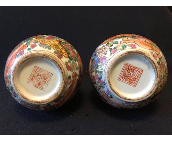 Paire de vases bouteilles décor personnages apocryphe Quianlong milieu XXe