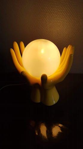 Lampe mains en céramique jaune avec globe opaline blanche