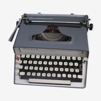 typewriter Remington Monarch