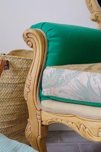 Fauteuil ancien rénové tissu vert, tropical et toile de jute