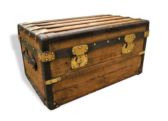 ancienne malle coffre bois cuir et laiton bois mat riau classique 154080. Black Bedroom Furniture Sets. Home Design Ideas