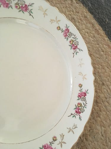 Six old flat plates in red and green