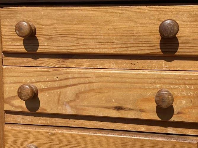 Meuble à tiroirs en sapin