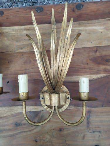 Paire d'appliques vintage à deux bras de lumière en tôle dorée et gerbe de feuillage