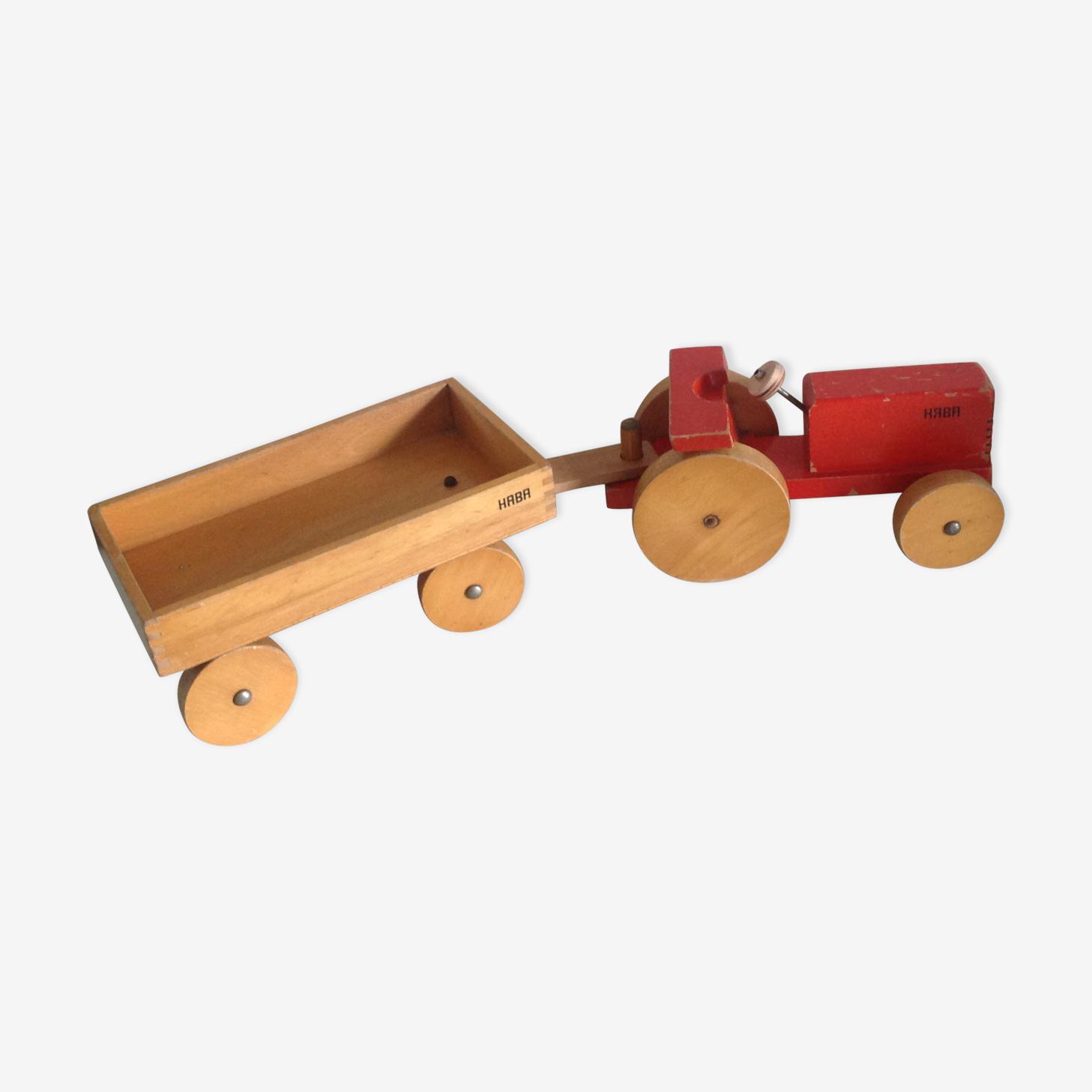 Ancien tracteur rouge en bois avec sa remorque Haba