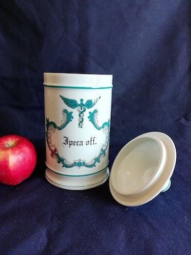 """Pot à pharmacie """" ipeca off """" en porcelaine de Limoges estampillées Carpenet"""