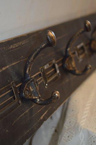 Porte manteau en bois patiné avec patères en fonte et portes étiquettes