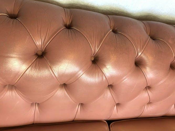 Canapé Chesterfield 2 places en cuir rose saumon du XXe siècle