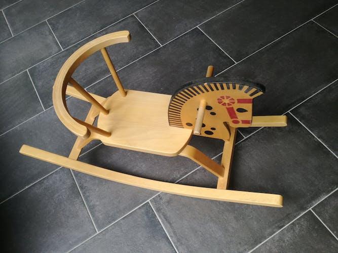 Cheval en bois à bascule