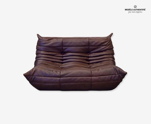 """Canapé 2 places """"Togo"""" en cuir marron grainé par Michel Ducaroy pour Ligne Roset"""