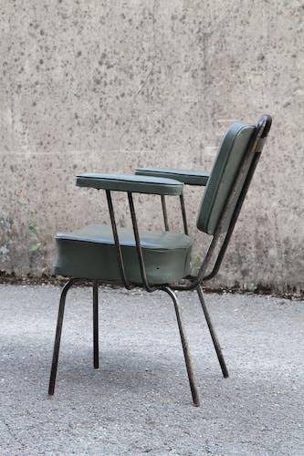 Chaise de coiffeur en métal et en simili cuir des années 50