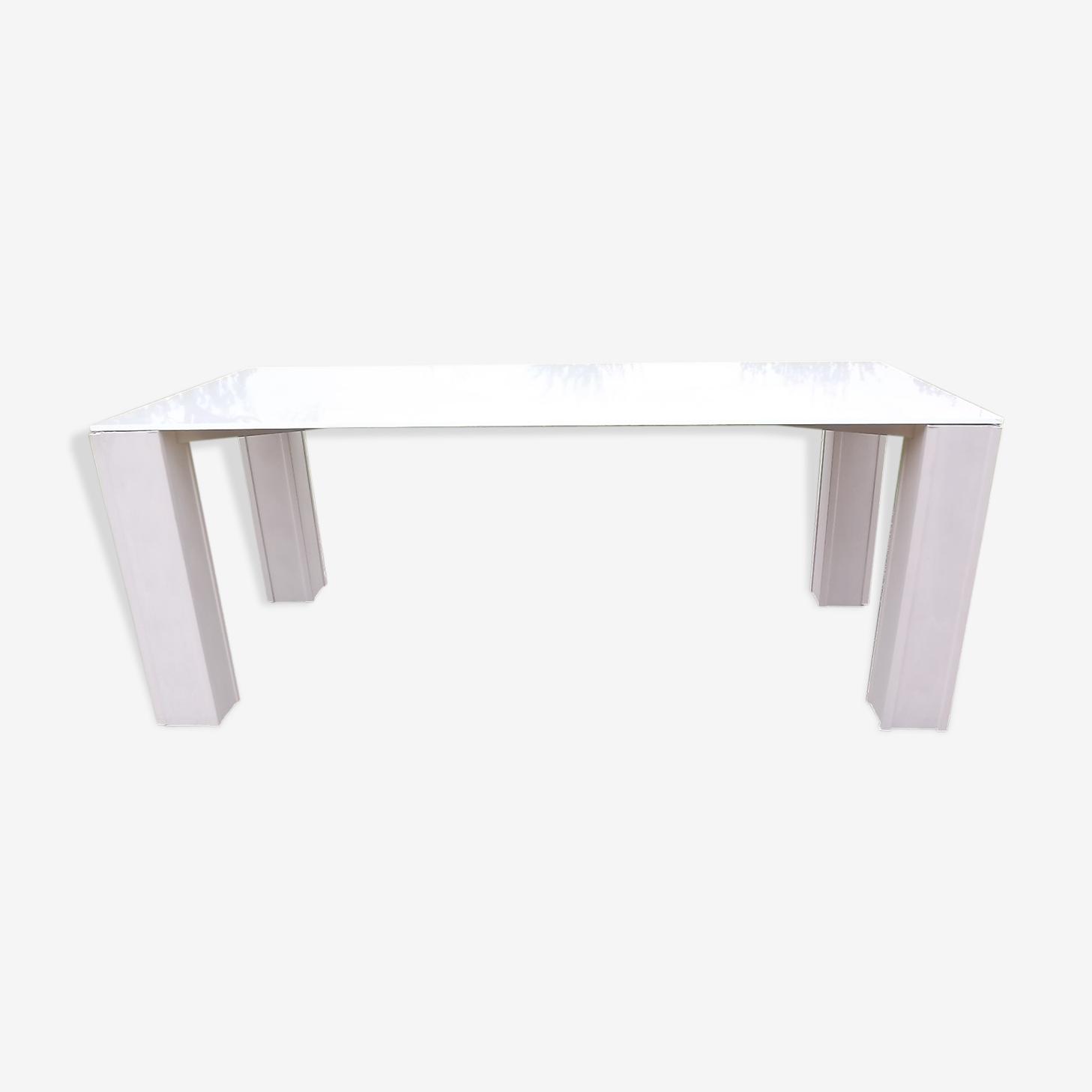 Table vintage avec plateau en verre opalin blanc