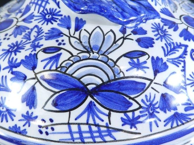 Pot couvert à oreilles en faïence de Malicorne signé Émile Tessier décor bleu