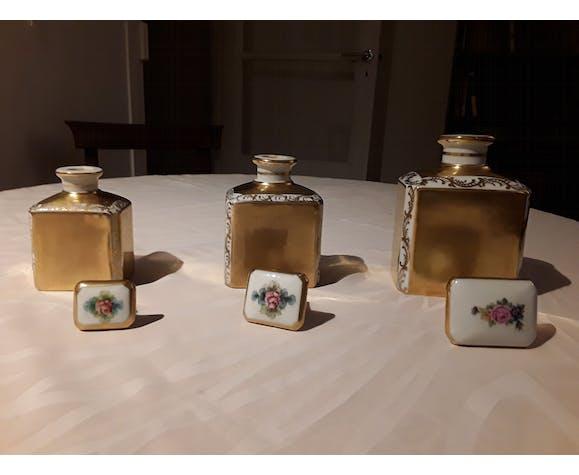 Suite de trois flacons en porcelaine