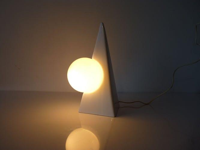 Lampe de table en céramique blanche forme pyramide