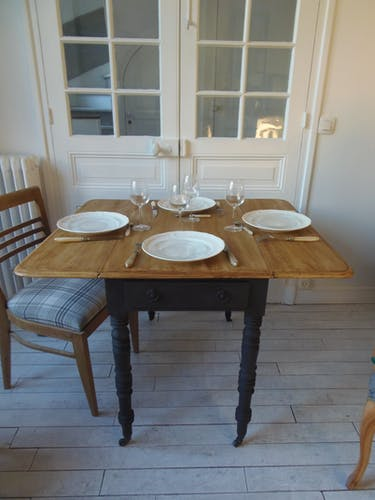 Table with pilingand and black charcoal belt, wooden tray