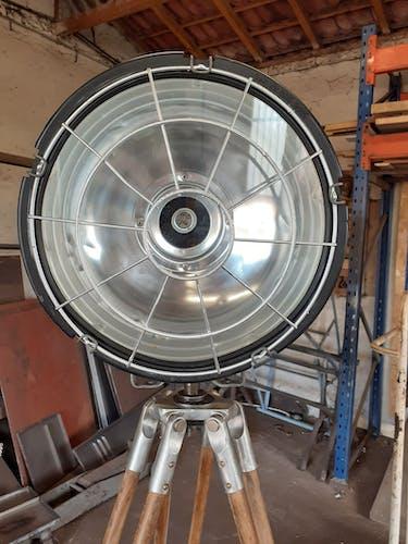 Projecteur industriel sur trepied bois
