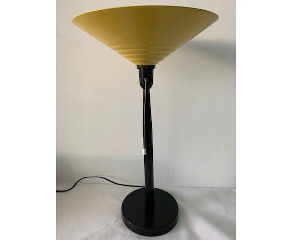 Lampe jaune et noire en métal