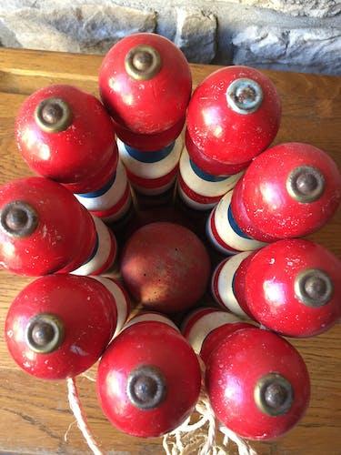 Jeu de quilles en bois vintage triclore plus deux boules