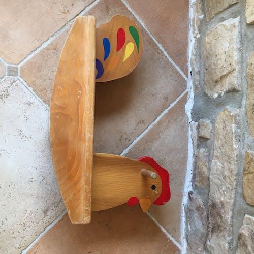 Poule à bascule en bois