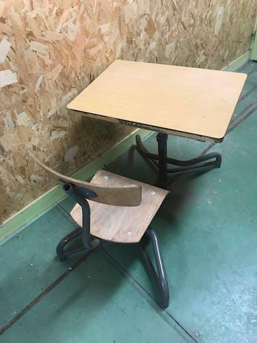 Bureau d'écolier avec chaise liée
