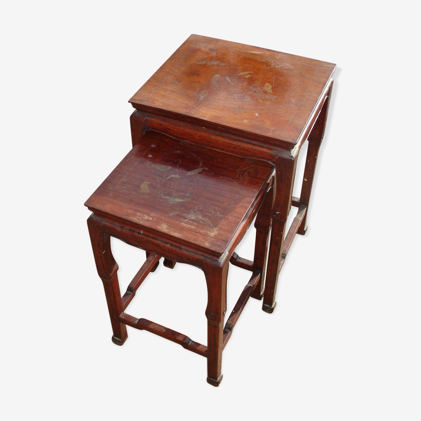 Tables gigognes en bois de fer décors gravé et réhaussé à l'or