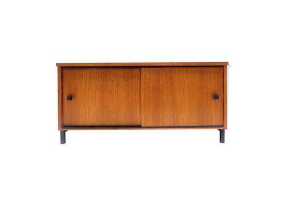 buffet vintage avec deux portes coulissantes et poign es noires fabriqu es dans les ann es 1960. Black Bedroom Furniture Sets. Home Design Ideas