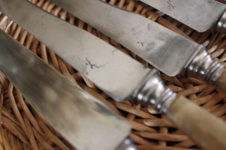 Lot 6 couteaux manches en corne Viroles incrustées