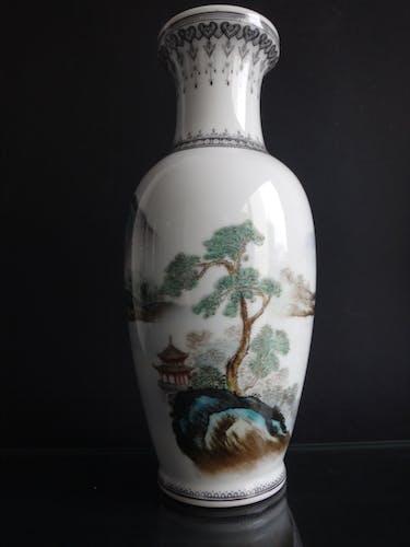 Vase balustre chinois porcelaine 27cm montagnes Chine marque XXème
