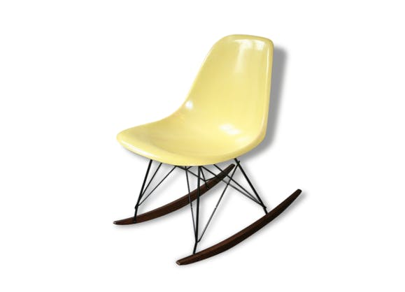 eames chaise bascule rocking chair jaune pale herman miller fibre de verre jaune vintage. Black Bedroom Furniture Sets. Home Design Ideas