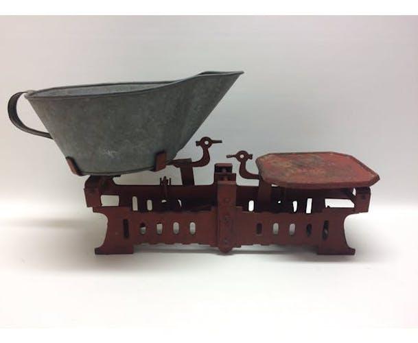 Balance ancienne et mesureur à grains