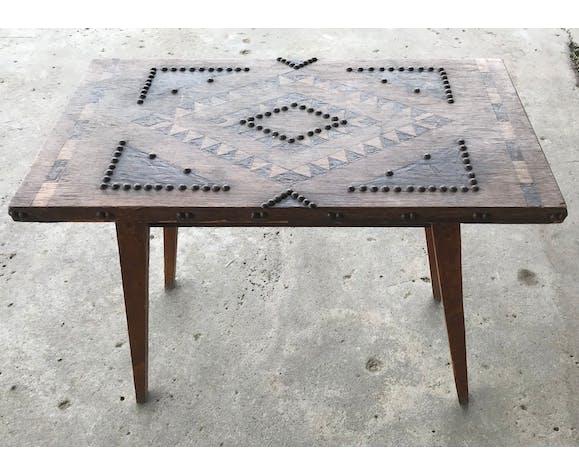 Table en bois marqueterie et clous, Art populaire, style forêt noir 1970
