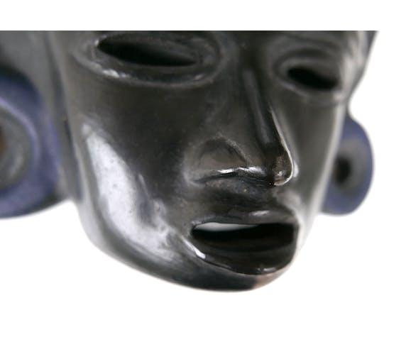 Masque noir en terre cuite, Amérique du Sud