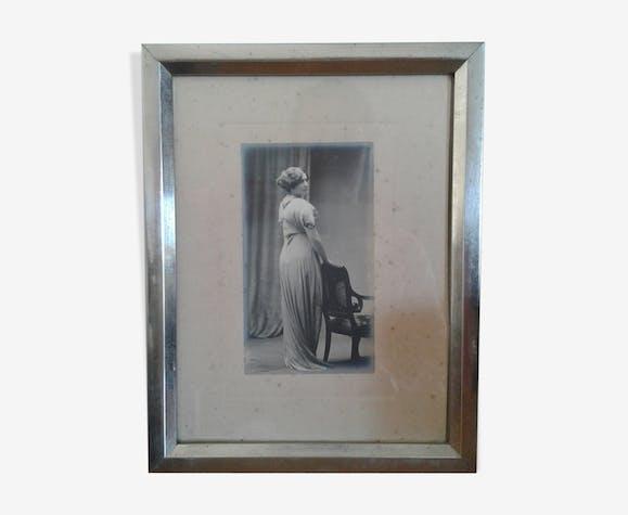 Portrait femme élégante noir et banc art déco