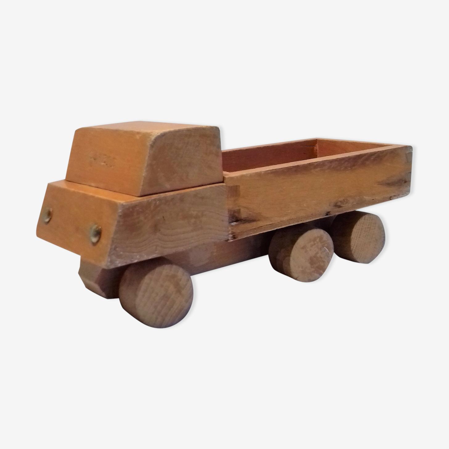 Camion en bois ancien