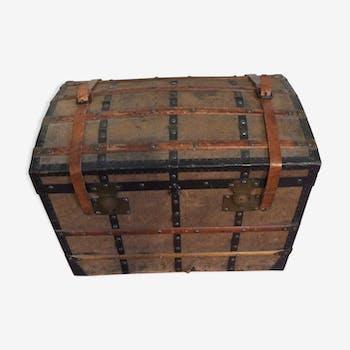 Malle ancienne bombé en bois et fer