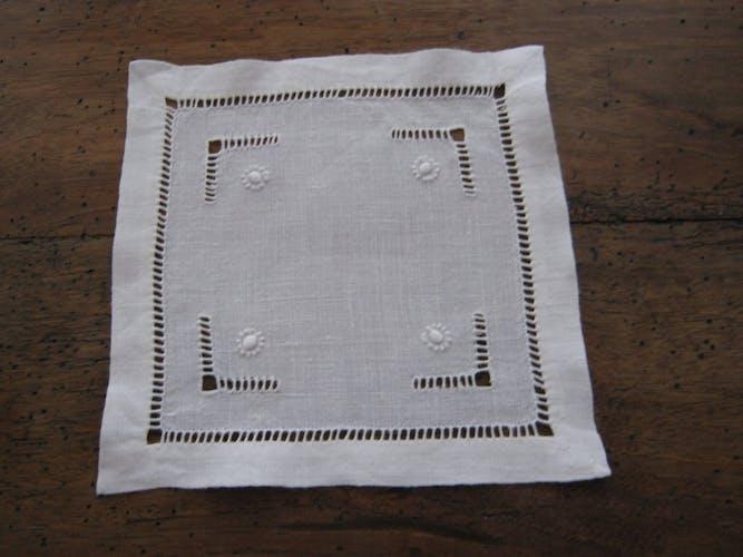 Sous verre petits napperons coton blanc brodés main
