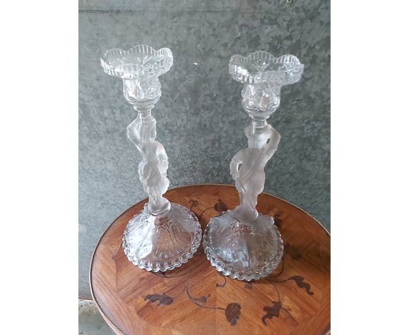 Paire de bougeoirs couple en verre moulé