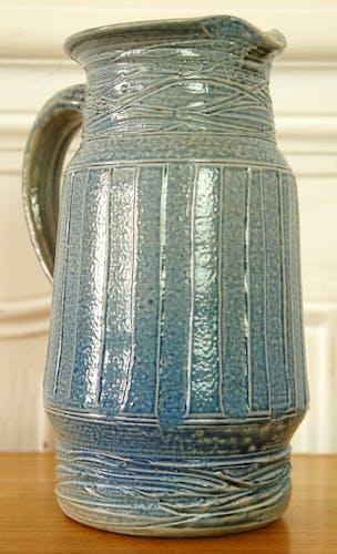 Pichet en grès bleu signé