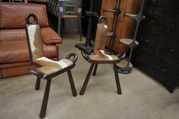 Paire d'anciens chaises vintage en bois et peau de vache 1960
