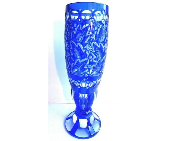 Vase cristal Overlay bleu blanc, ciselé taillé de feuillage Saint Louis