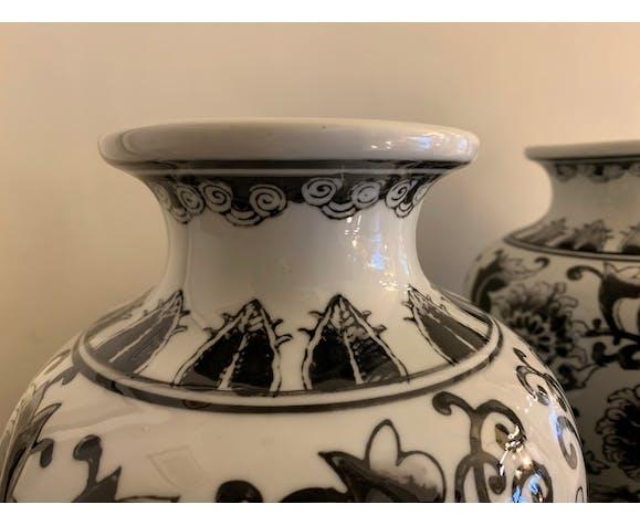 Paire de vases en céramique noire et blanche