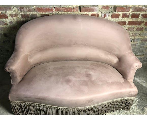 Canapé crapaud vintage garni de velours de couleur taupe