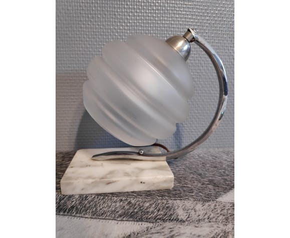 Lampe art déco socle en marbre blanc, tulipe en verre dépoli satiné