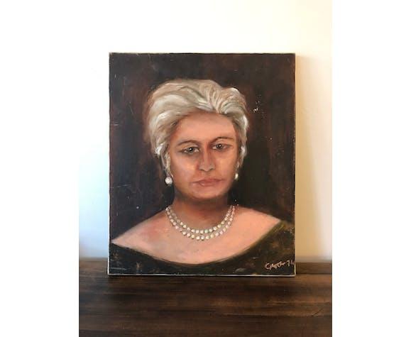 Portrait femme au collier de perles