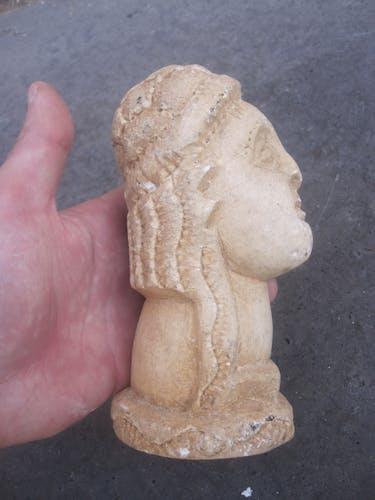 Tête en pierre