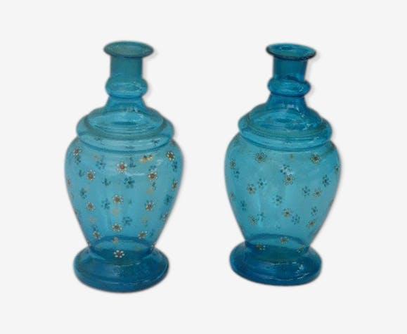 Paire de flacons en verre bleu soufflé motifs peint a la main avec des fleurs peintes emaillées