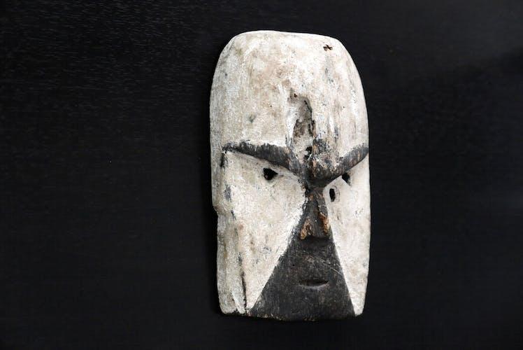 Masque africain noir et blanc en bois