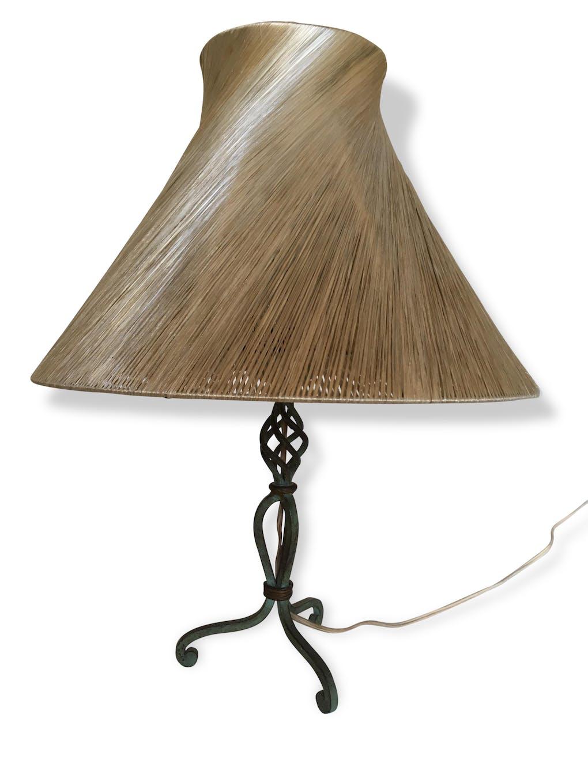 lampe années 50's: un abat-jour de raphia sur un pied de fer forgé